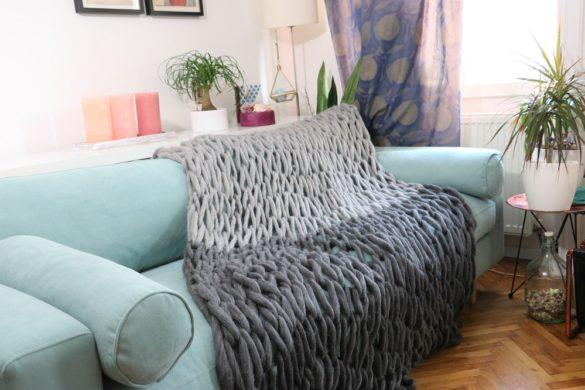 Handstrickdecke auf Sofa