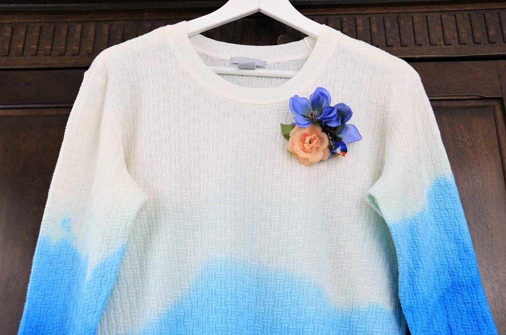 Vogel-Blumenanstecker auf Dip Dye Pullover